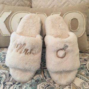 🌺Wedding Mrs. furry slippers NWOT size 7-8